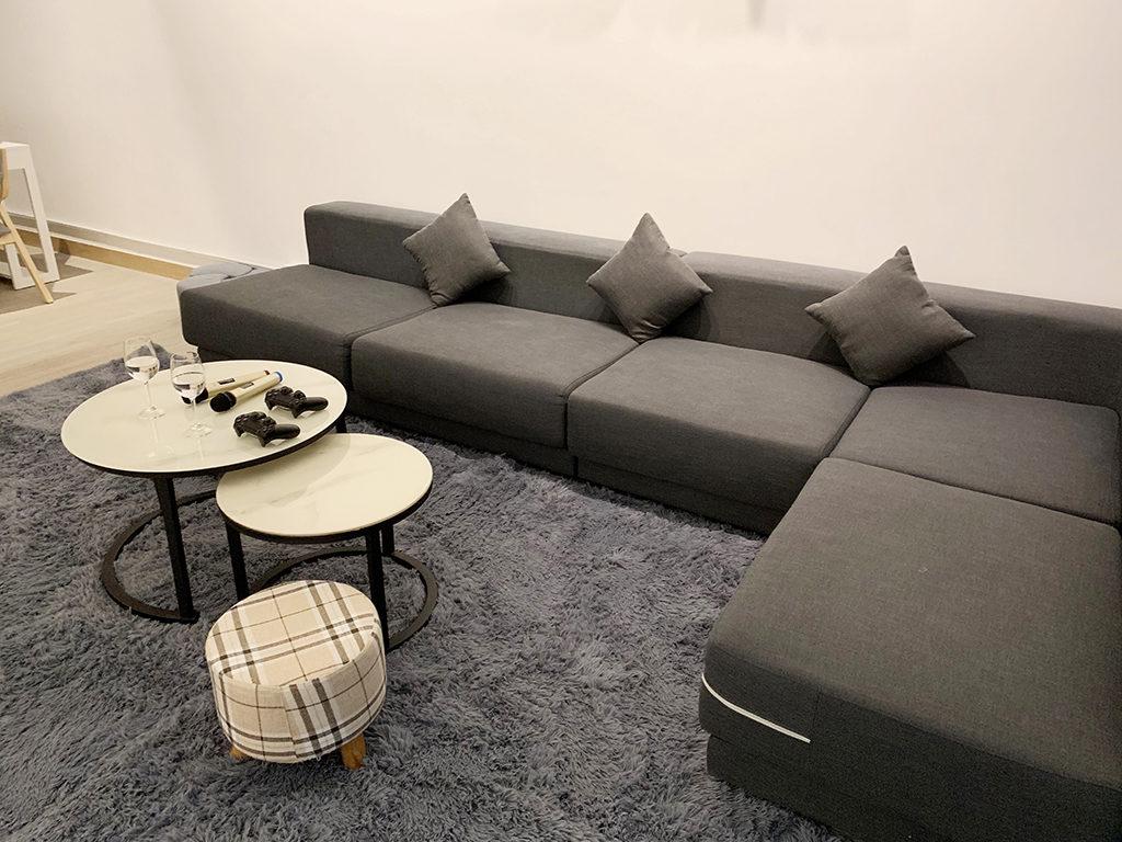長形沙發可供多人同時休閑享樂