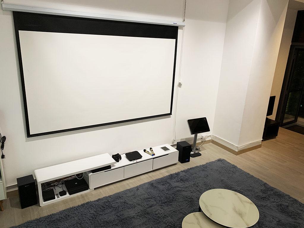 配有多種娛樂設備可供客人於不同屏幕上使用